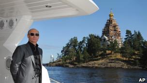 Премьер-министр России Владимир Путин смотрит с лодки на монастырь на острове Валаам 14 августа 2011 года