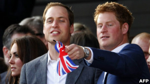 William e Harry (com Kate ao fundo, à esq) durante concerto em Londres pelo Jubileu de Diamante da rainha