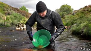 George Maciver garimpa em rio na Escócia.