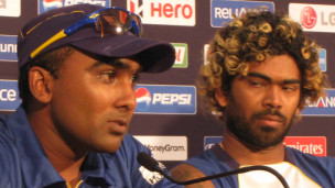 Lasith Malinga (R) with former captain Jayawardene (photo Saroj Pathirana)