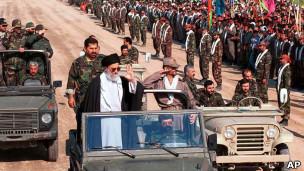 محمد شیرازی در کنار رهبر ایران