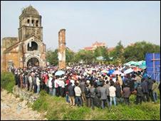 Thánh lễ bên ngoài Nhà thờ Tam Tòa tháng 2/2009 (ảnh VietCatholic)