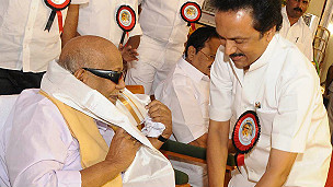 Karunanidhi with supporters