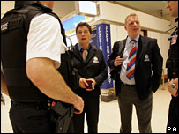 Policial no aeroporto de Heathrow, em Londres