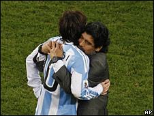 Diego Maradona abraza a Lionel Messi tras la eliminación de Argentina en el Mundial