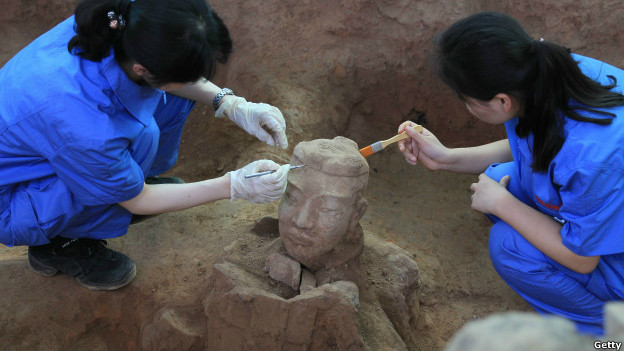 Chinese archaeologists carefully uncover a terracotta warrior. Photo: Getty Images