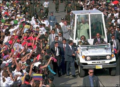 البابا داخل المركبة البابوية المضادة للرصاص