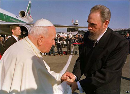 البابا يصافح فيدل كاسترو