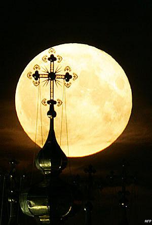 البدر يطلع خلف الصليب الذهبي لدير نوفوديفيتشي في موسكو مساء 22 يوليو 2005