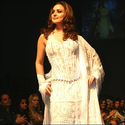 http://www.bbc.co.uk/hindi/specials/images/554_fashion_lakme/354341_preity_zinta.jpg