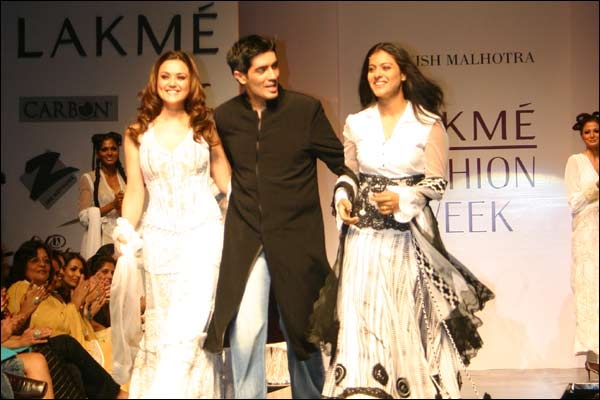 http://www.bbc.co.uk/hindi/specials/images/554_fashion_lakme/354359_manish_preity_kajol.jpg