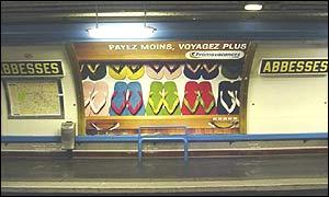 Outdoors divulgam as sandálias no metrô de Paris