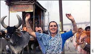 Fiéis dançam em festival religioso no norte da Índia