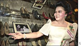 Imelda mostra os sapatos que usava