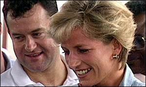 O então mordomo Paul Burrell ao lado de Diana