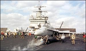 Um F/A-18 pronto para ser lançado