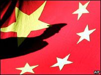 Bóng một người lính trên nền quốc kỳ Trung Quốc