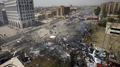 عراقيون تجمعوا امام مكان التفجير الذي حدث امام وزارة الخارجية ببغداد