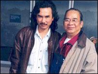 Thi sĩ Hoàng Anh Tuấn (phải) cùng với tác giả Đỗ Vẫn Trọn