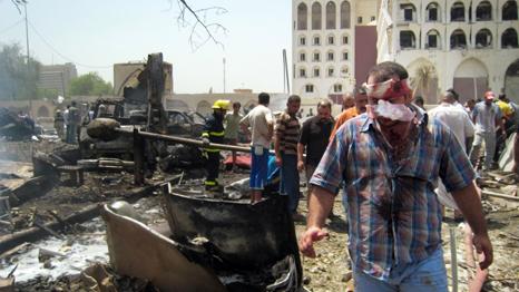 رجال الاطفاء يخمدون السنة اللهب بعد الانفجار الذي استخدمت فيه شاحنة مفخخة