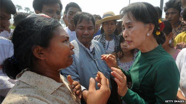 Bà Aung San Suu Kyi tiếp xúc với người dân