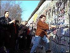 Belineses derrumban el muro