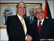 George Mitchell y Mahmoud Abbas