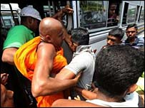 Police forcefully removing monks (AFP photo)