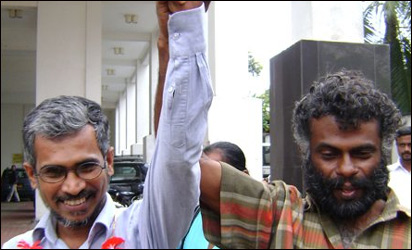 Chandana Sirimalwatta in front of Gangodawila magistrate court after the release (photo: Lanka Truth)