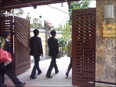 Ảnh chụp cảnh khách đang đi vào nhà ông Lê Khả Phiêu ở Lý Nam Đế