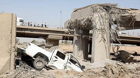 عدد من السيارات سقطت من جسر محمد القاسم السريع المحاذي للوزارة