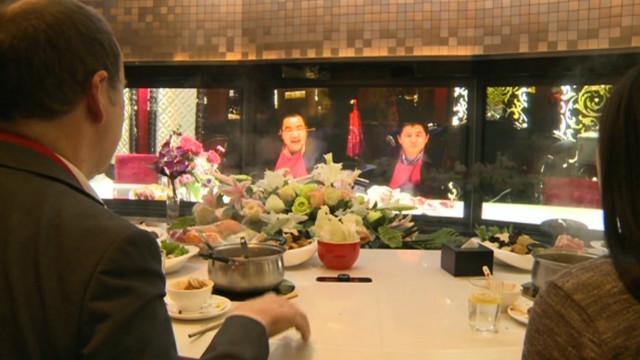 Restaurante na China oferece  jantar virtual  com convidados à ... 29d01cae23