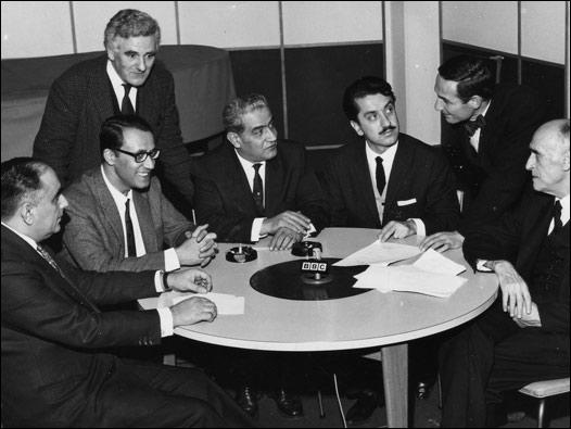 İngiliz hükümetinin daveti ile Londra'ya gelen Türk milletvekilleri, BBC Türkçe'ye de mülakat vermişlerdi. En sağdan itibaren, oturanlar: Heyet başkanı İhsan Hamit Tigrel, Nurettin Ok, Fikret Turhangil, Ferruh Bozbeyli, Muhittin Kılıç. Ayaktakiler BBC Türkçe'den Feyyaz Fergar (solda) ve Sabih Aykoler. 20 Kasım 1964 © BBC
