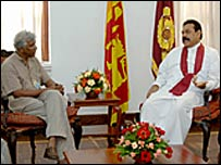 FMM spokesman Sunanda Deshapriya meeting President Rajapaksa (library photo)